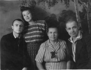 слева направо: мои папа, мама, бабушка и дедушка. Через пару месяцев я появлюсь на свет