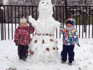 мой внук Данька (справа) на прогулке с братиком. В Москве - СНЕГ! декабрь 2014